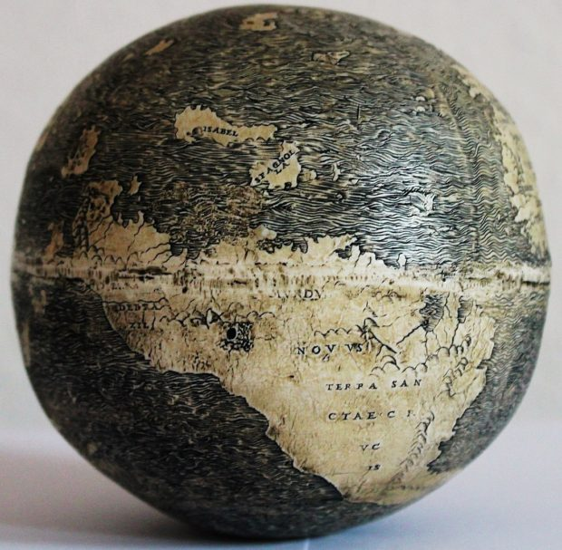ダチョウの卵の地球儀